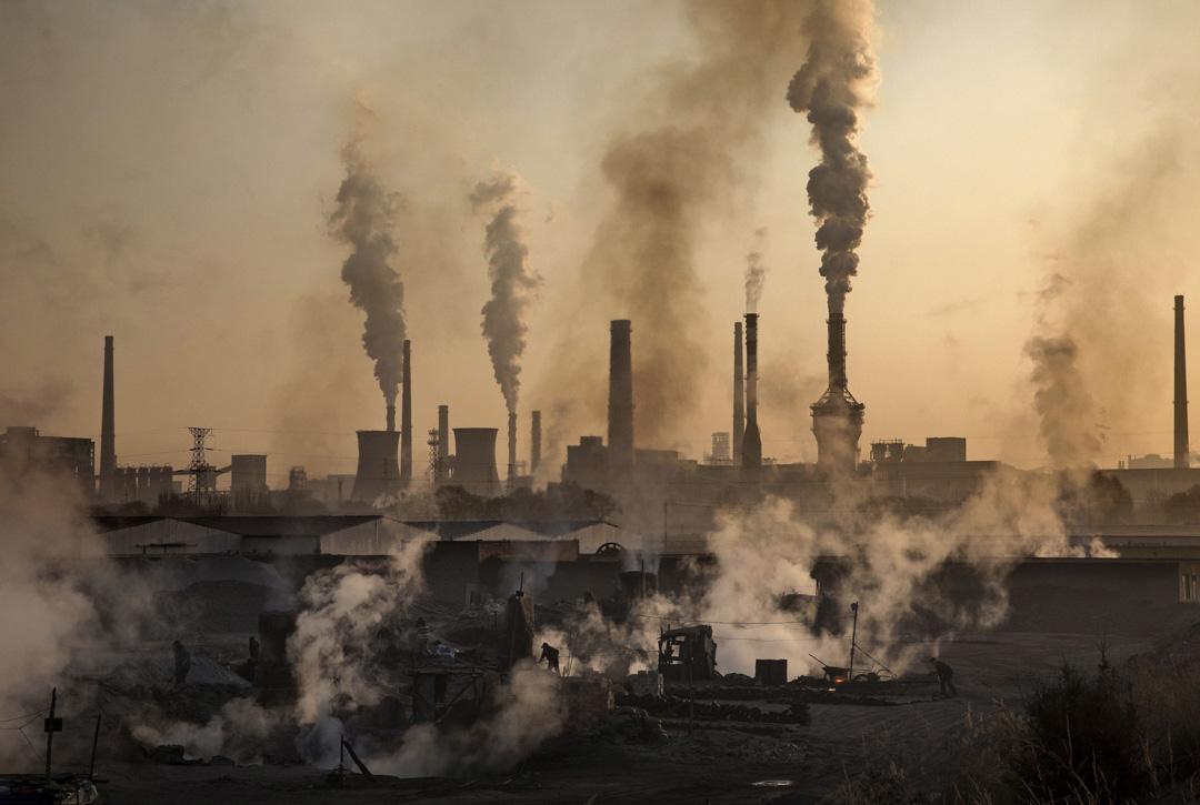 2016年11月4日內蒙古,中國民工在一家非法的鋼鐵廠前。