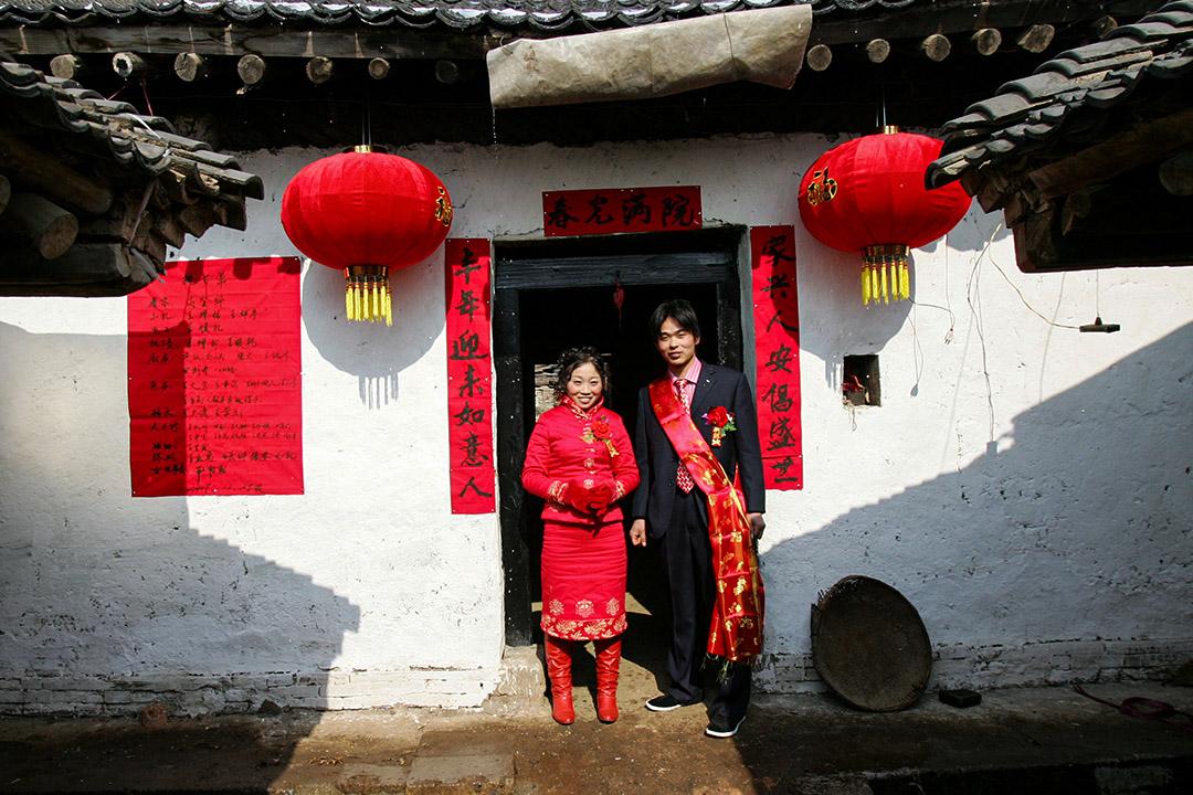 2008年2月2日陝西省西安市郊,中國農村婚禮上新郎和新娘在他們的房子前。