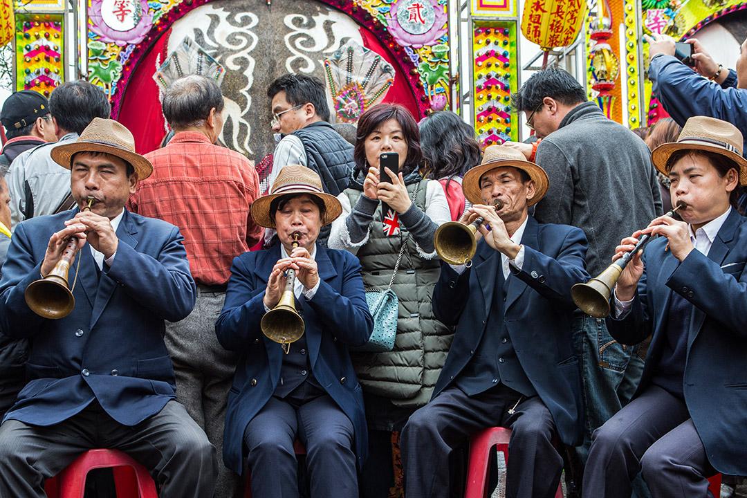 2015年2月24日台灣三峽,義民祭的慶祝活動期間,參與者演奏傳統管樂器。 攝:Craig Ferguson/LightRocket via Getty Images