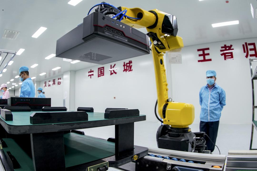2020年7月10日,山西太原一間電腦工廠正在進行組裝工作。 攝:Hu Yuanjia/VCG via Getty Images