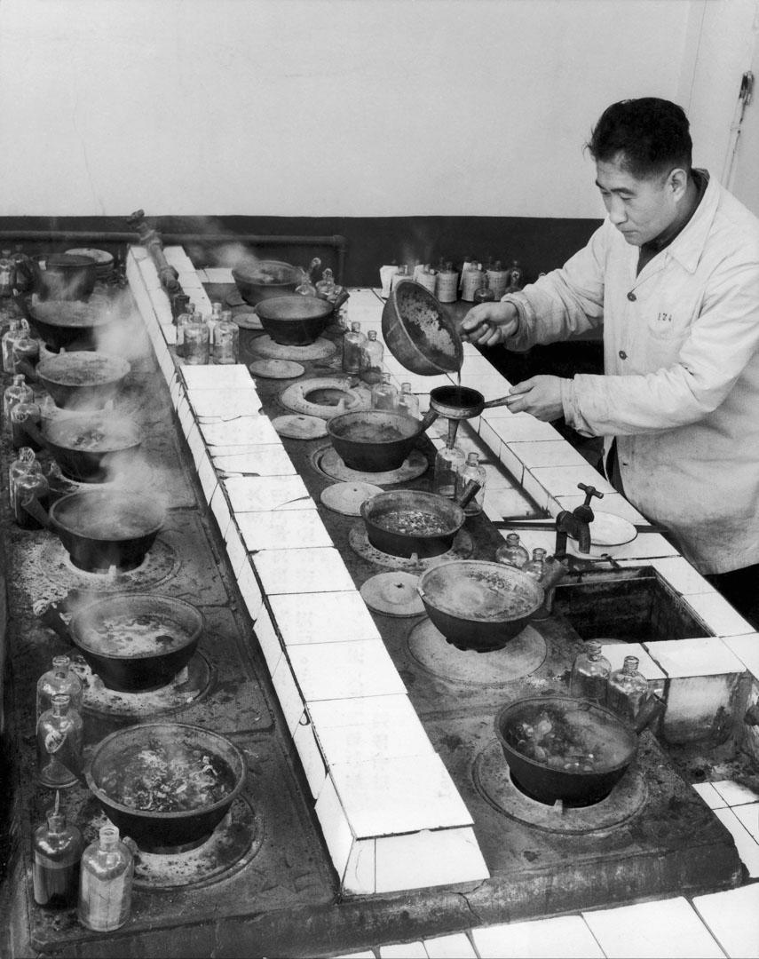 1964年2月3日,中醫師配藥。