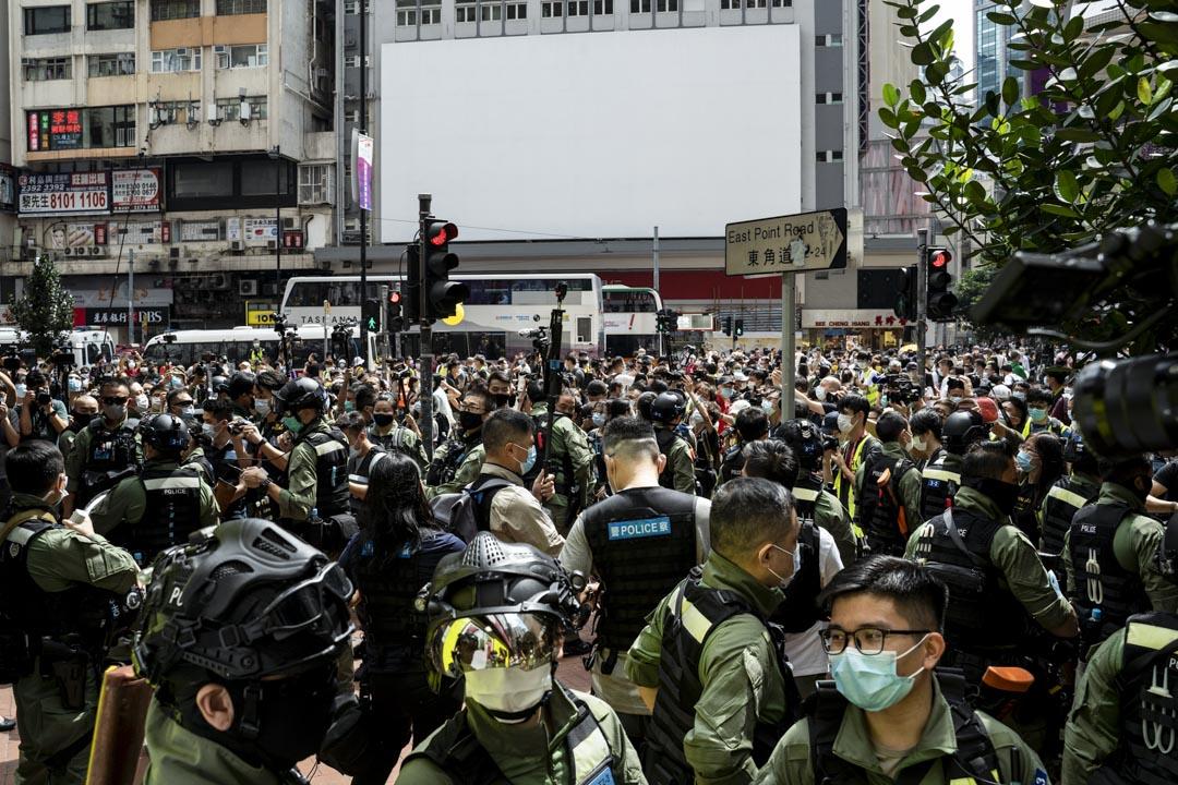 2020年10月1日,警察在銅鑼灣驅趕在街上的市民。