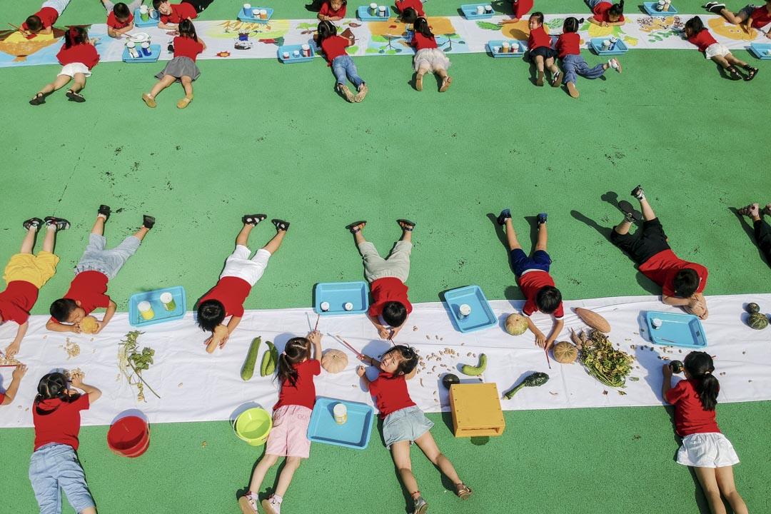 2020年9月7日,江蘇省一間幼兒園的學生在操場上繪畫。  攝:Xu Hui/VCG via Getty Images