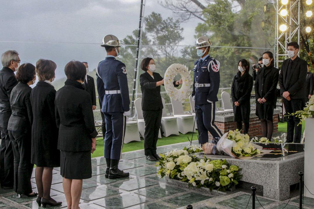 2020年10月7日,前總統李登輝今在五指山國軍示範公墓舉辦「奉安典禮」,總統蔡英文獻花致敬。