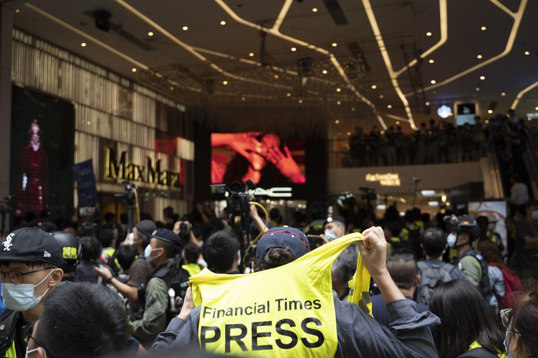 2020年10月1日,一名記者穿上黃背心在銅鑼灣現場採訪。