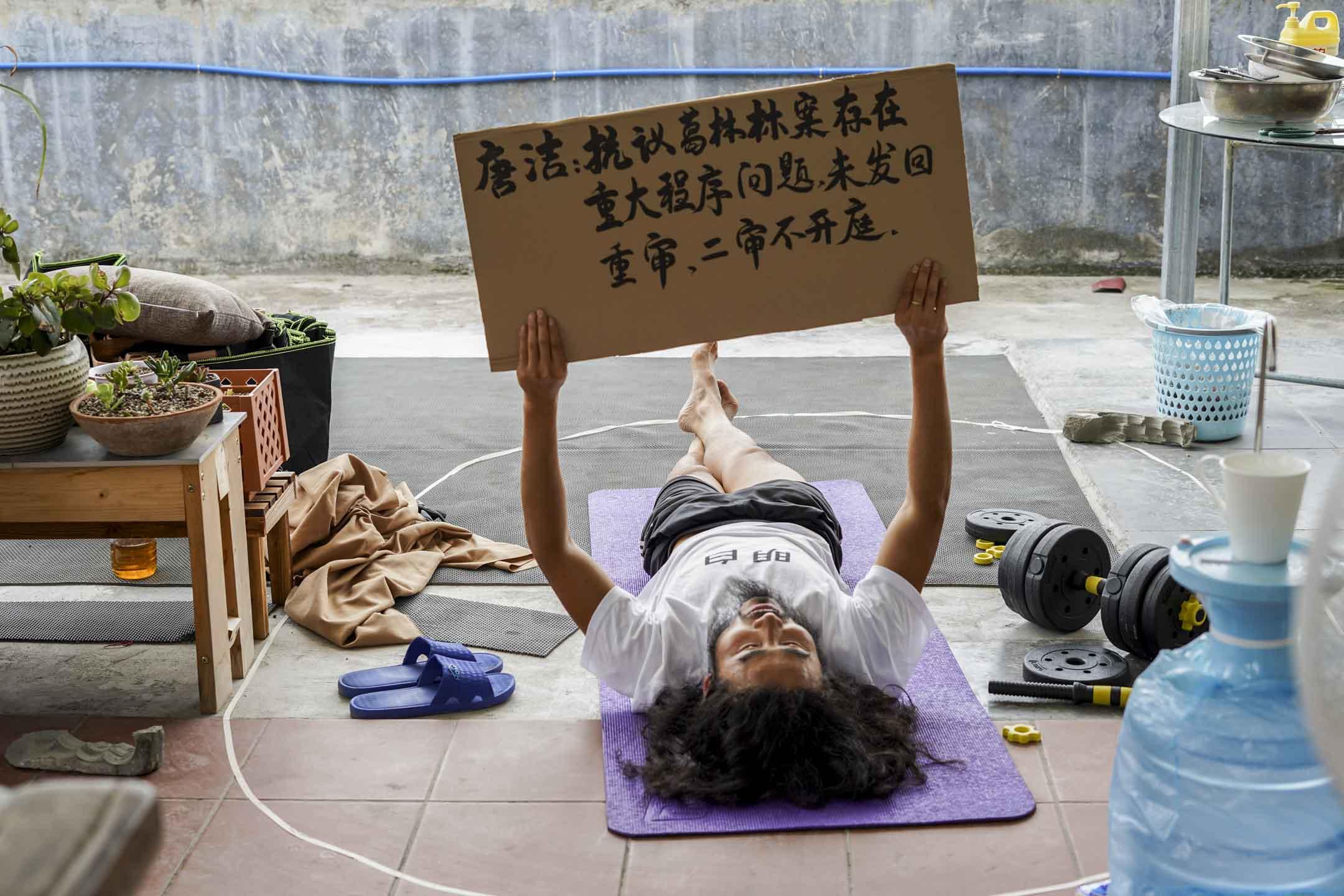 紀錄片導演張奇在廣州一個朋友家的朋友家屋頂畫地為牢。