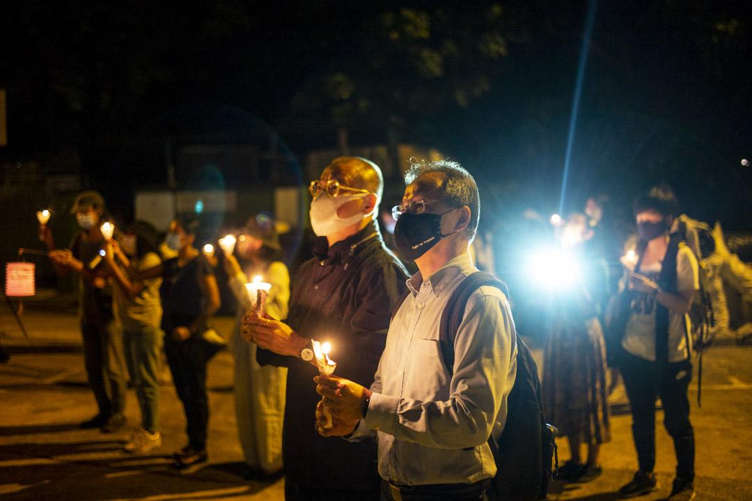 2020年10月6日晚上,CIC關注組在青山灣入境事務中心外點燭光聲援被羈留絕食人士,立法會議員張超雄與邵家臻也到場聲援。