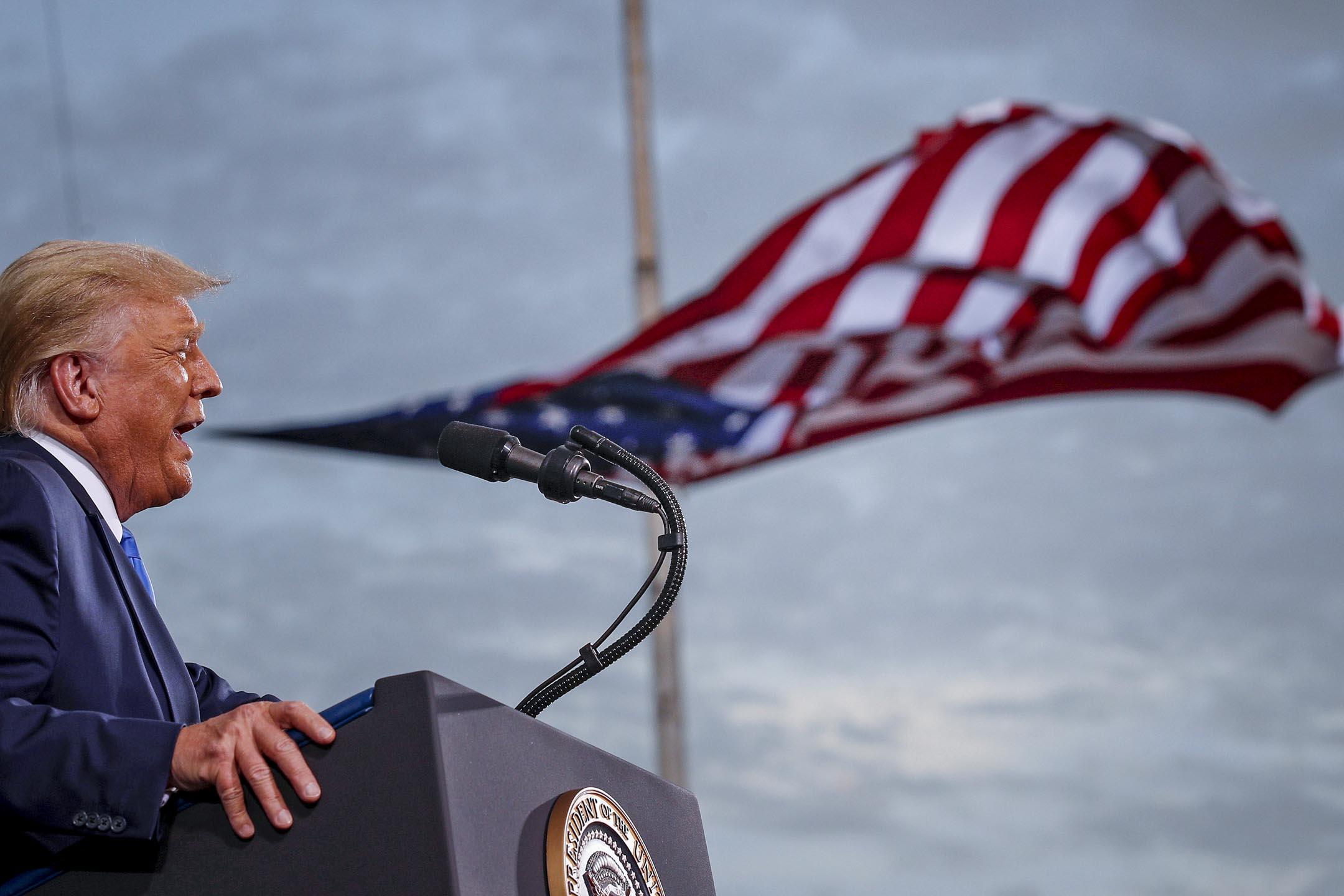 2020年9月24日,美國總統特朗普在佛羅里達州的塞西爾機場舉行的競選集會上發表講話。