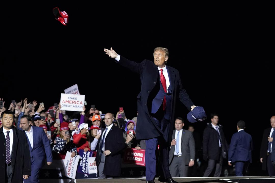 2020年9月30日,美國總統特朗普在明尼蘇達州舉行競選集會,發表講話後將帽子拋向支持者。 攝:Alex Brandon / AP / 達志影像
