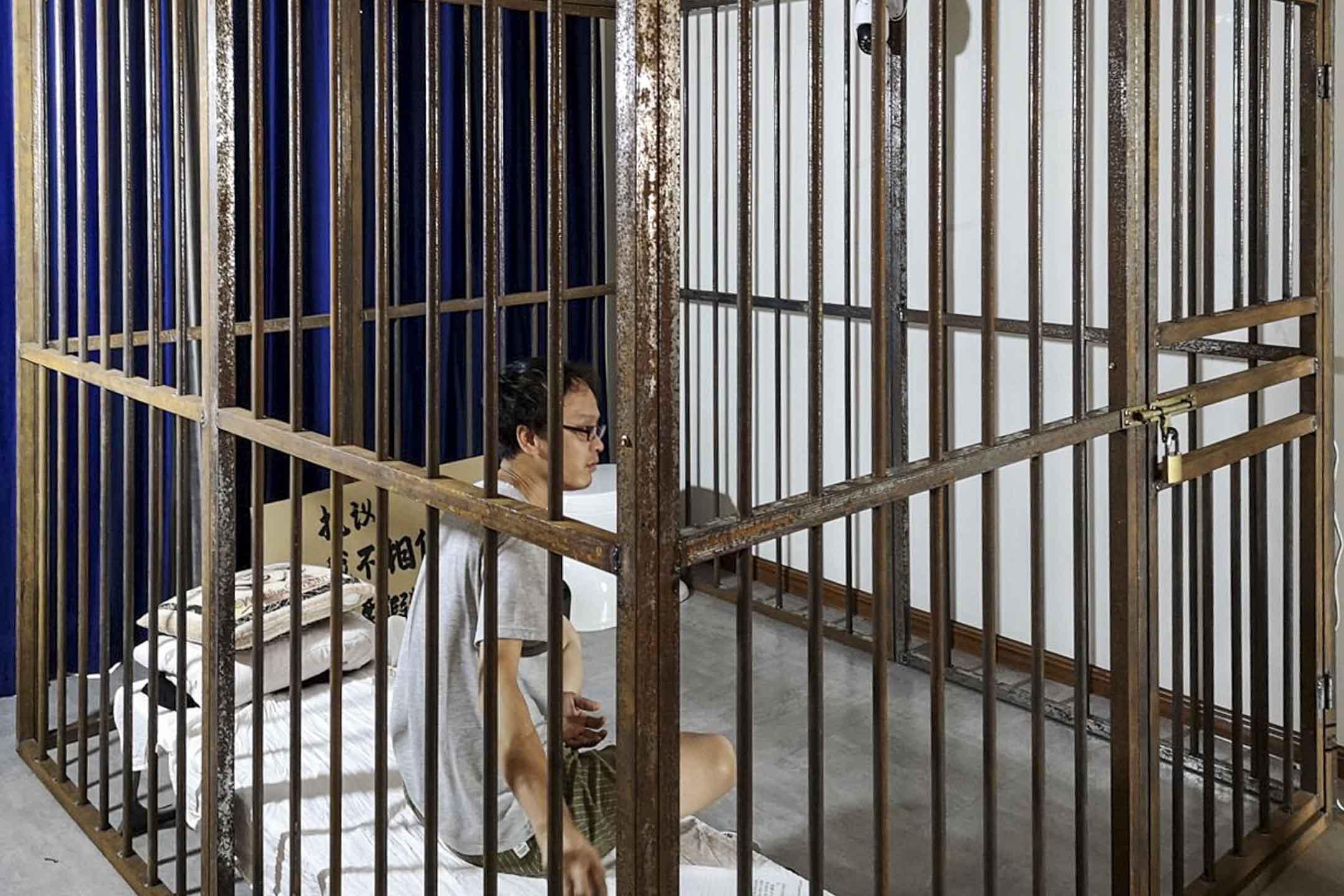 2020年9月,葛林林案二審,妻子唐潔發起「飢餓藝術家計劃」,招募志願者體驗24小時「坐牢」、絕食,並進行網絡直播。 網上圖片