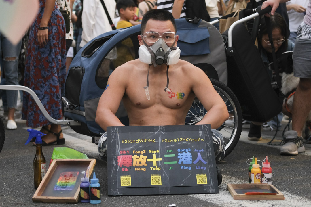 2020年10月31日,台灣同志遊行,有人帶同撐12港人的標語到場展示。