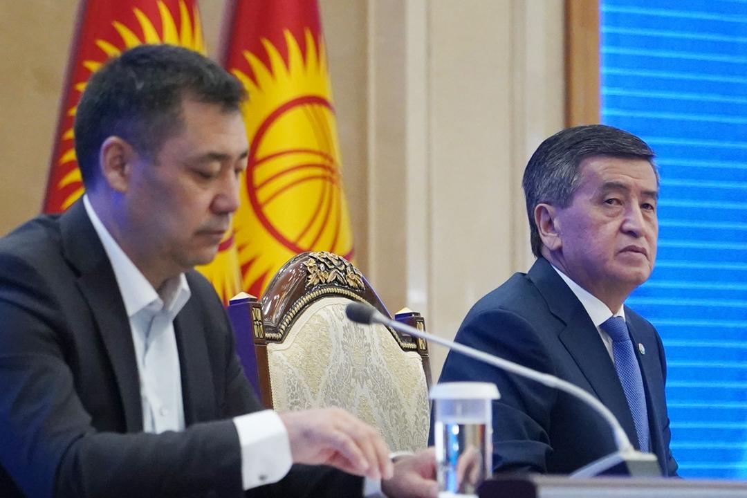 2020年10月16日,剛剛辭職的吉爾吉斯斯坦原任總統熱恩別科夫(Sooronbay Jeenbekov;右)與總理兼暫代總統扎帕羅夫(Sadyr Japarov)在最高議會出席會議。 攝:Abylai Saralayev / TASS via Getty Images