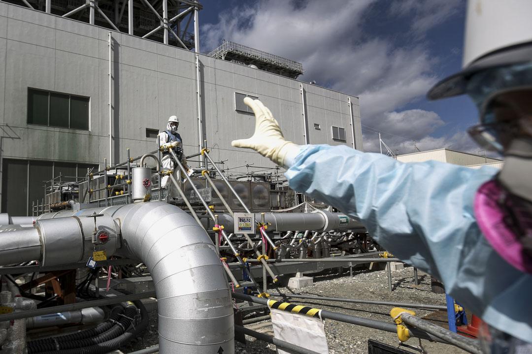 2016年2月25日,福島第一核電站的員工正在努力建造「冰牆」,以防止地下水滲入核電站的反應堆。 攝:Christopher Furlong/Getty Images