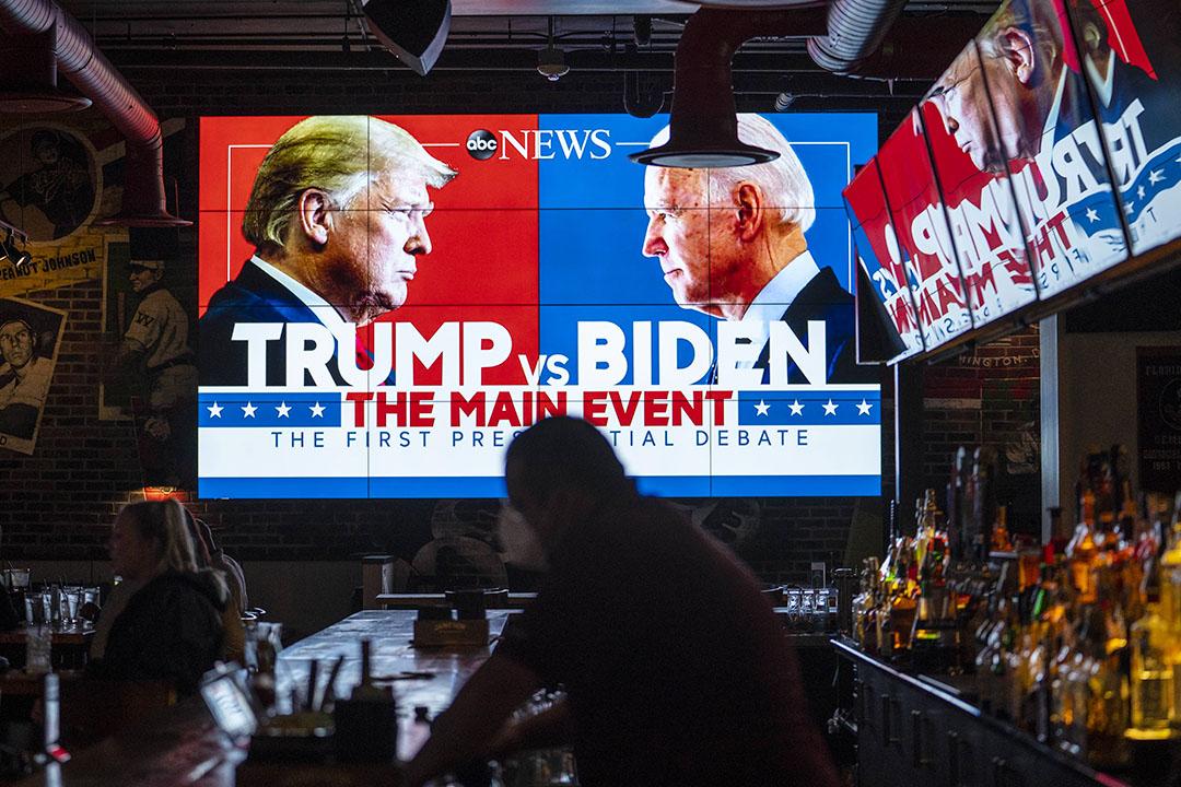 2020年9月29日華盛頓,電視播出第一次總統辯論在美國華盛頓的酒吧。