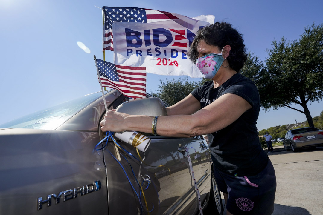 2020年10月11日,德克薩斯州普萊諾舉行的一個選舉活動,支持者懸掛拜登旗幟。