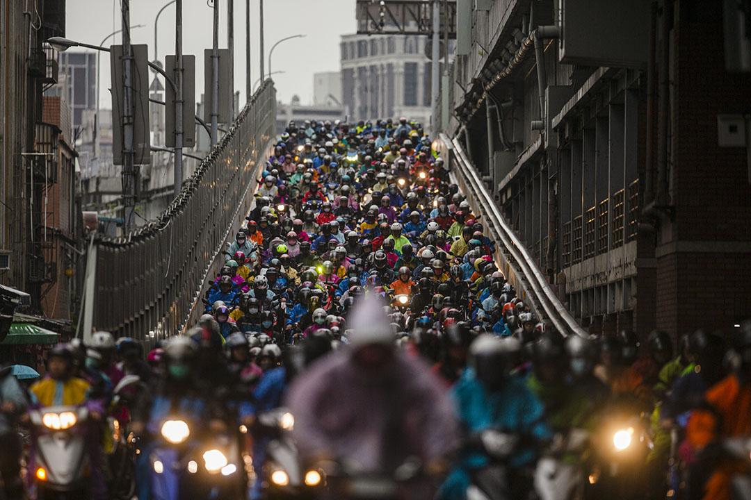 2020年3月12日台北,市民在早上騎機車上班。