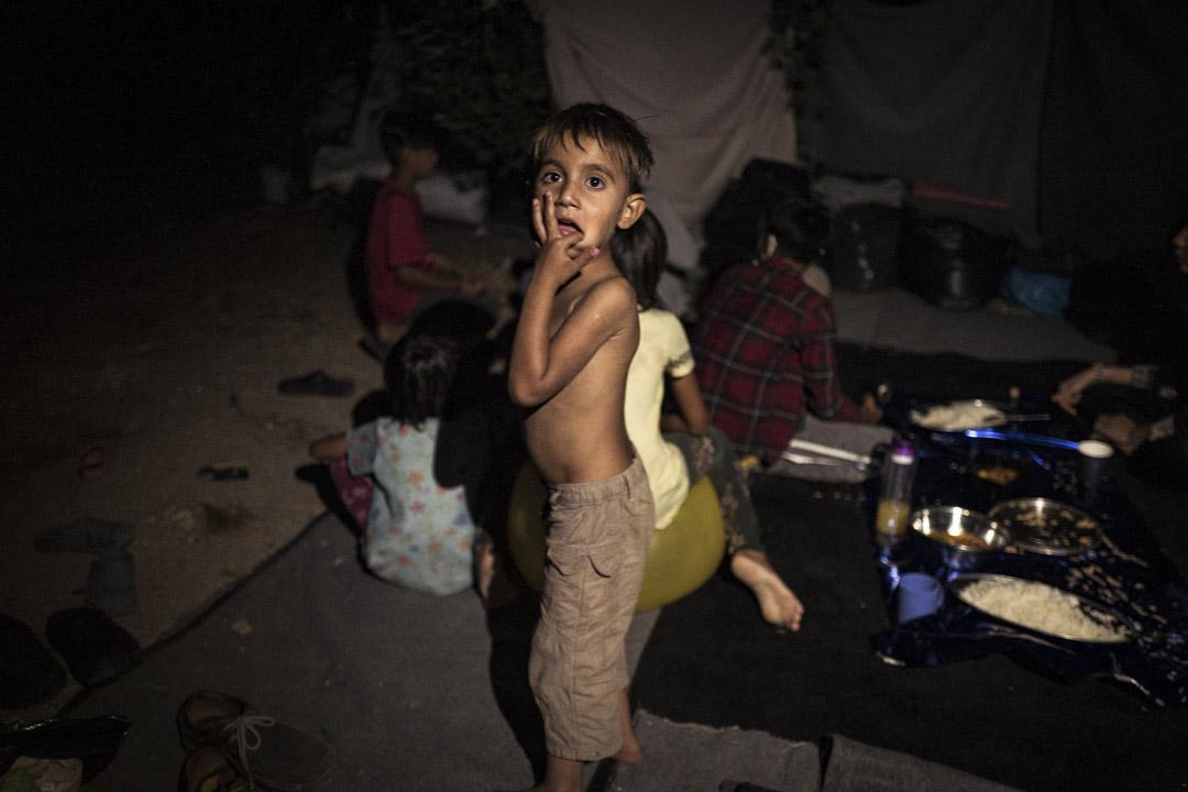 大火後,一名兒童在莫里亞難民營的廢墟中。