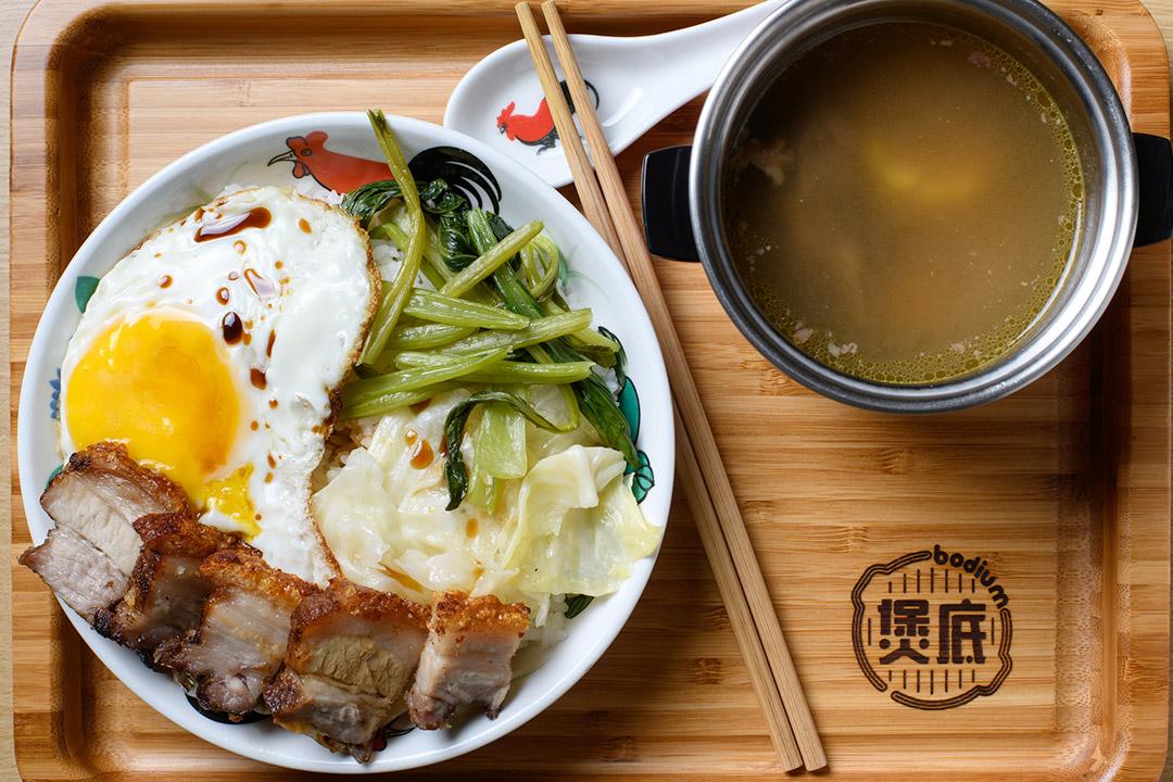 煲底的手工脆皮燒肉飯加老火湯。