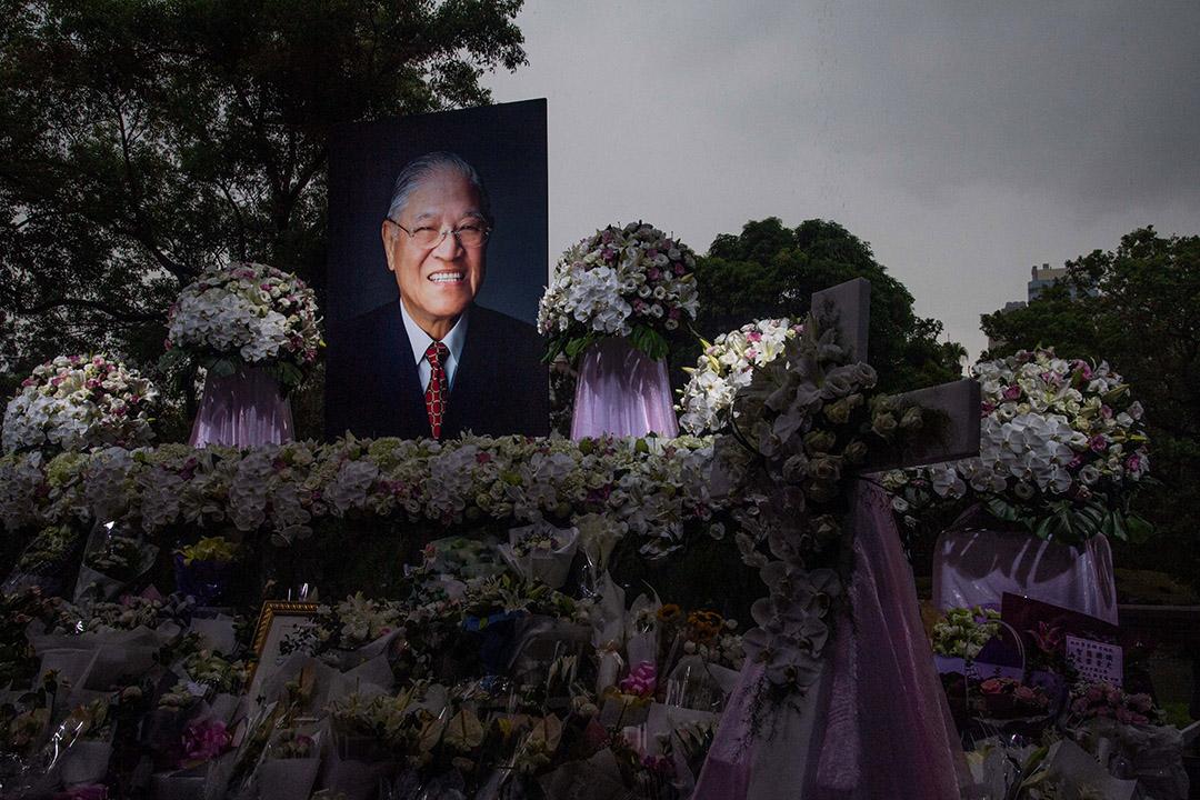 2020年8月4日,台北賓館設置追思會場,市民獻上鮮花悼念前總統李登輝。 攝:Eason Lam/端傳媒