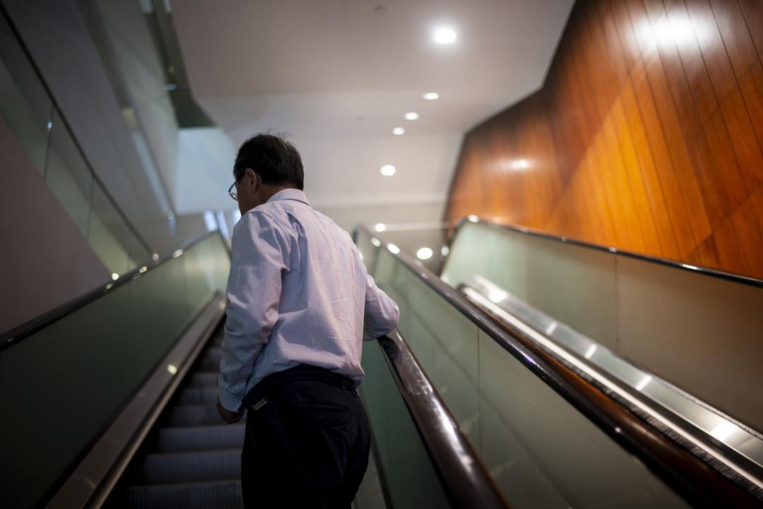 2020年10月8日,張超雄乘搭電梯往立法會會議廳。