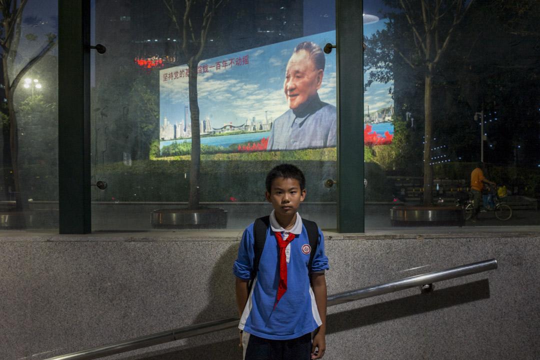 2018年11月30日,深圳鄧小平畫像前的一個小學生。