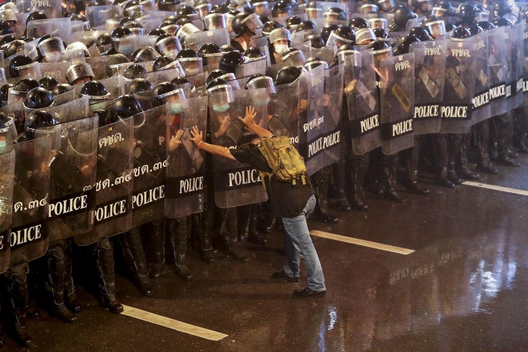 2020年10月16日,泰國曼谷有數千名示威者要求總理巴育下台,修改權力向軍方傾斜的2017年版憲法,他們還直指權力膨脹的王室,要求實行徹底的君主立憲制,其中警方出動水砲車及與示威者發生正面衝突。