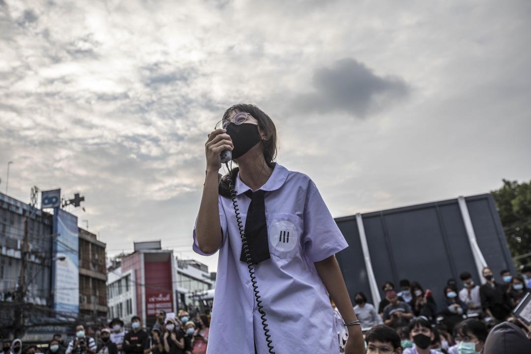 2020年10月19日,泰國曼谷,一名穿著校服的抗議者在示威中演講。 攝:Geem Drake/SOPA Images/LightRocket via Getty Images)