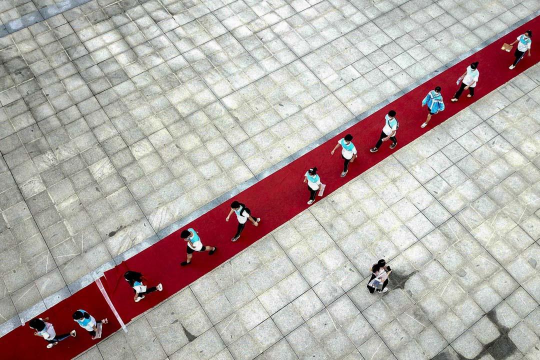 2020年7月7日,貴州省全國高考考試現場,考生們走在紅地毯上。