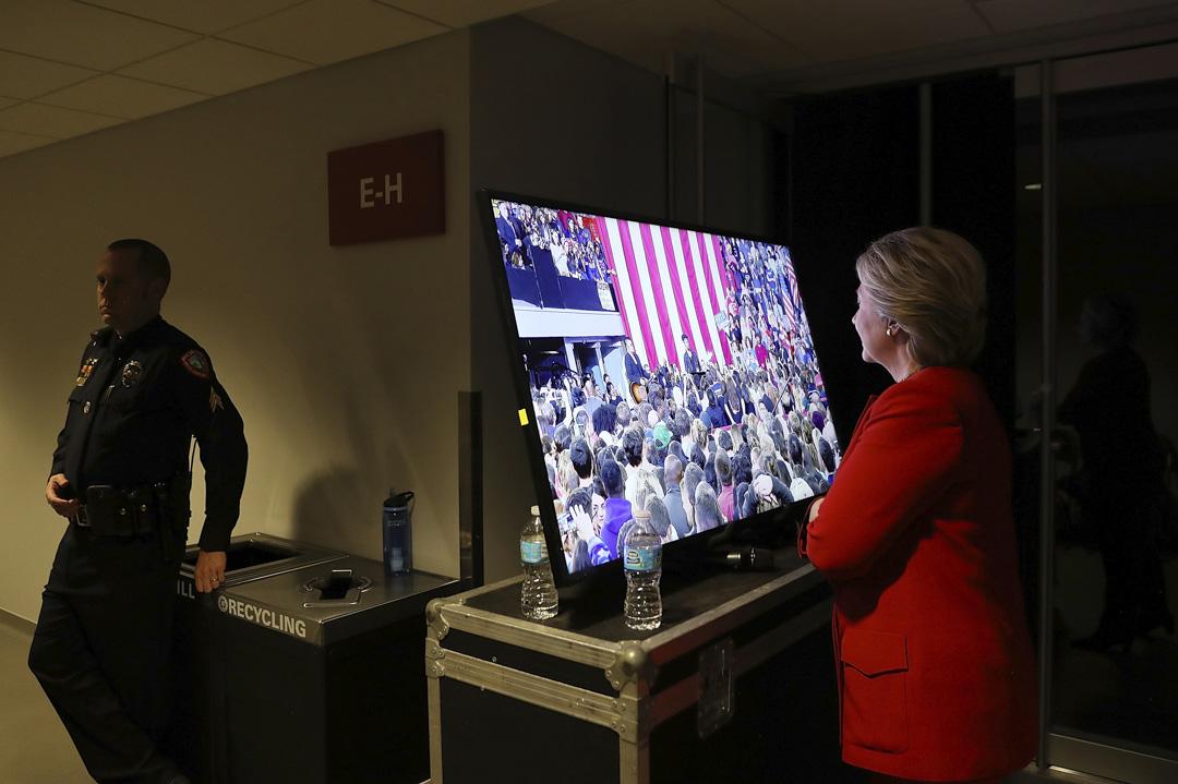 2016年11月8日北卡羅萊納州,距離美國大選日還不到24小時,民主黨總統候選人希拉里·克林頓在競選集會前在後台等待。