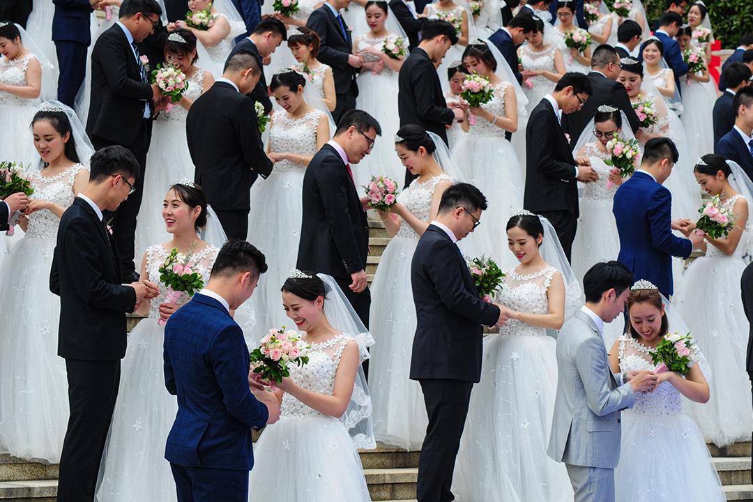 2018年4月21日杭州,新婚夫婦在國際勞工節之前參加集體婚禮。