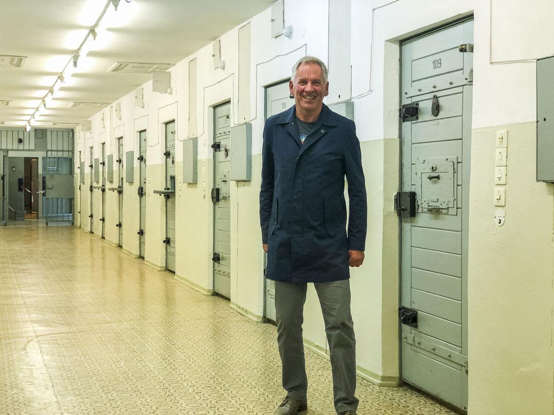 舒爾茨站在霍恩施豪森監獄,退休後他在這裏擔任講解員 。