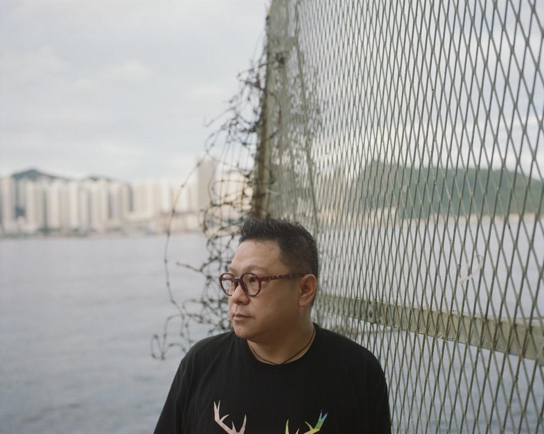 2020年9月,盧思騁從北京回港,經歷十四天隔離後,在香港接受訪問。圖為他在西灣河海旁。
