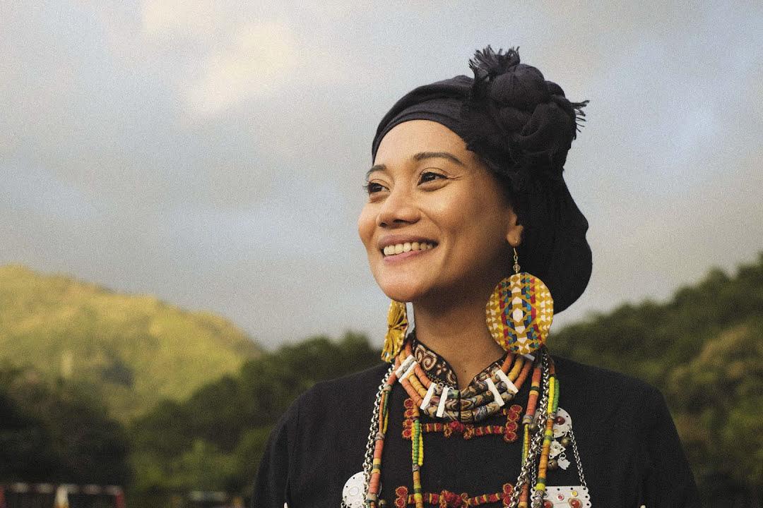 阿爆以《kinakaian 母親的舌頭》剛第二度獲頒金曲獎最佳原住民語專輯獎、年度專輯獎,並以〈Thank You 感謝〉拿下金曲獎年度歌曲獎。 網上圖片