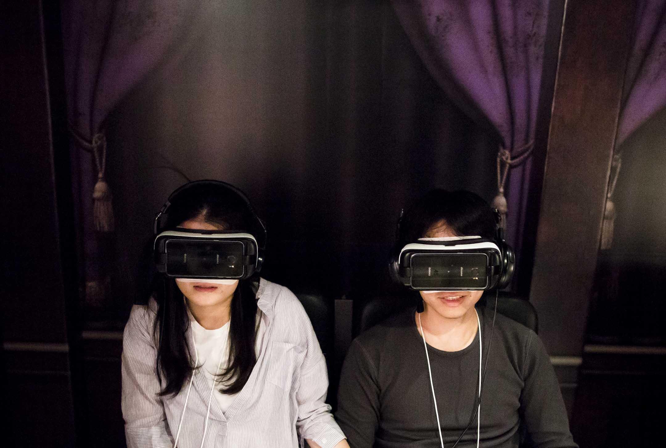 一對情侶正在體驗虛擬實境。 攝:Tomohiro Ohsumi/Getty Images