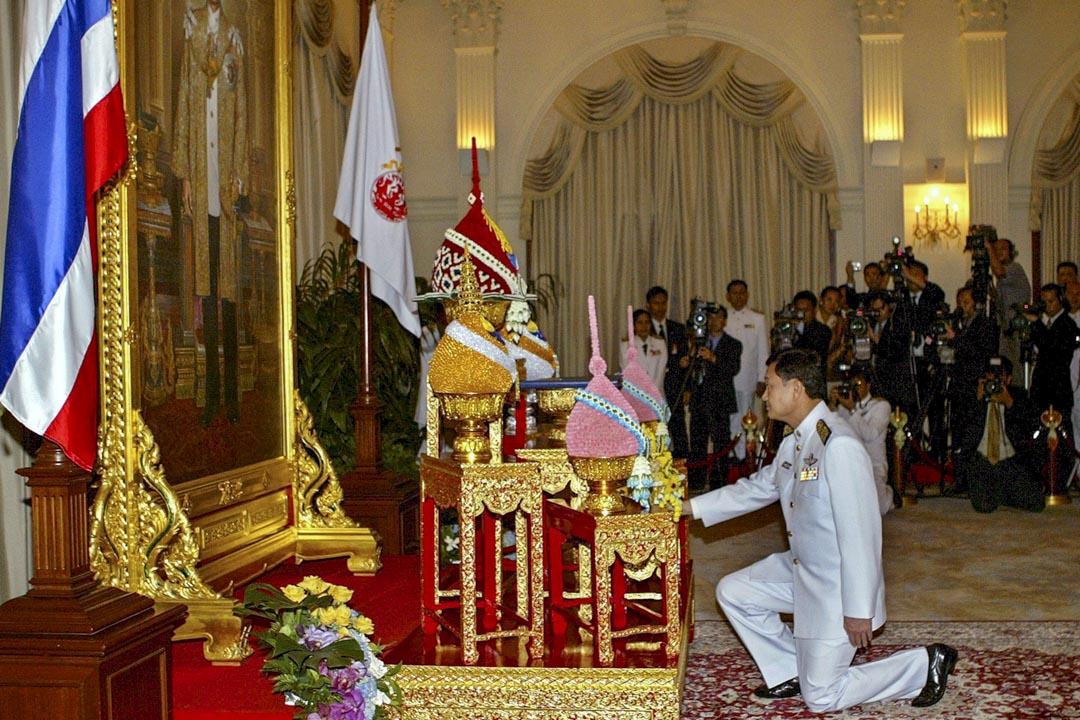 2005年3月9日曼谷,泰國總理他信跪在泰國國王的相片前,他信接受皇家任命,任命他為泰國第二十三任總理。