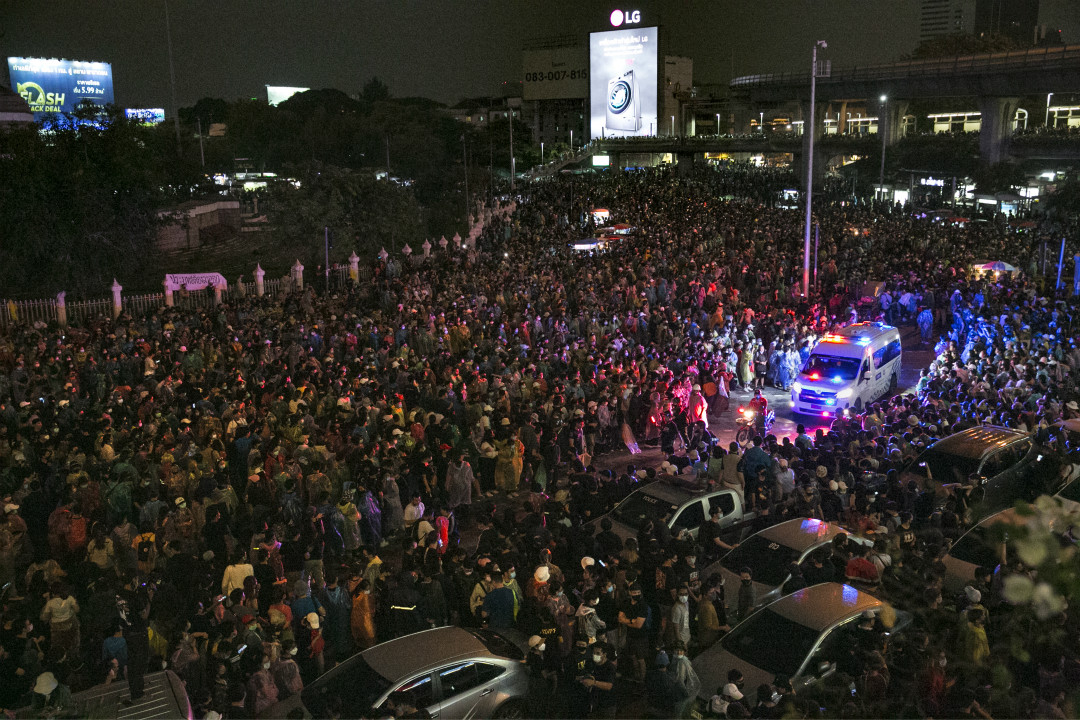 2020年10月18日,泰國曼谷,抗議人群為一輛救護車讓出道路。 攝:Getty Images