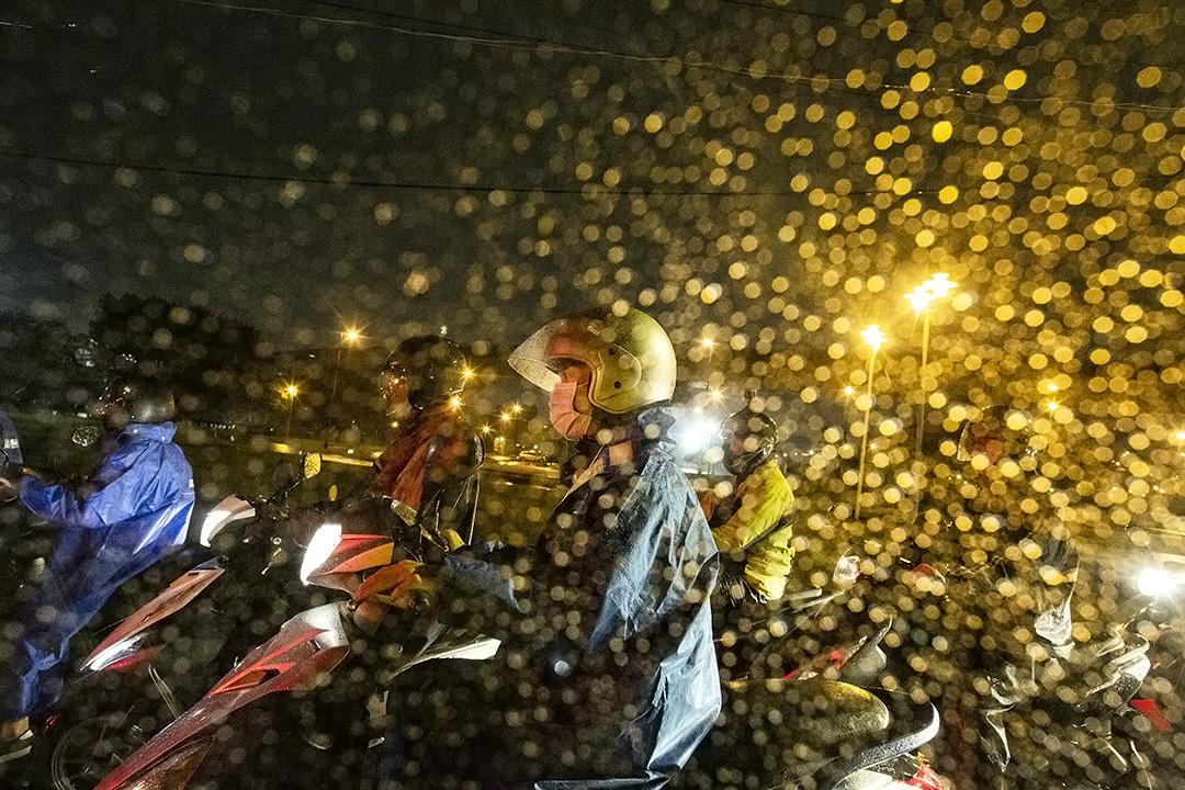 2020年3月20日台北,市民在下班時騎機車。 攝:陳焯煇/端傳媒