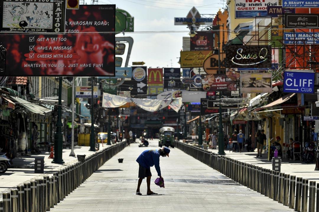 2020年6月21日曼谷,一名工人在KhaoSan Road進行了最後修飾,此區將於2019冠狀病毒限制解除後重新開放。