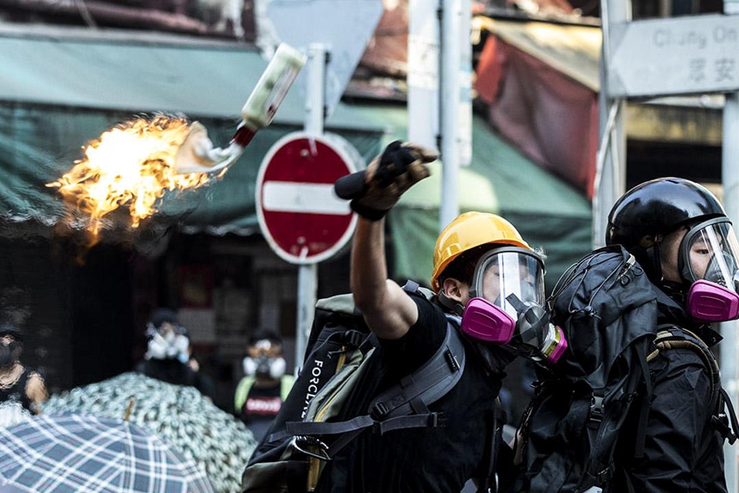 2019年10月1日,反修例運動,荃灣示威者扔擲燃燒物。