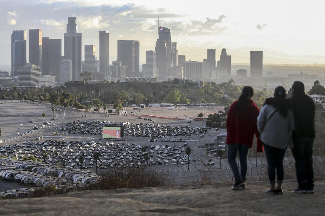 2020年10月25日,因為疫情關係,加州洛杉磯的道奇體育場停車場播放棒球賽供球迷觀看。 攝:Mario Tama/Getty Images