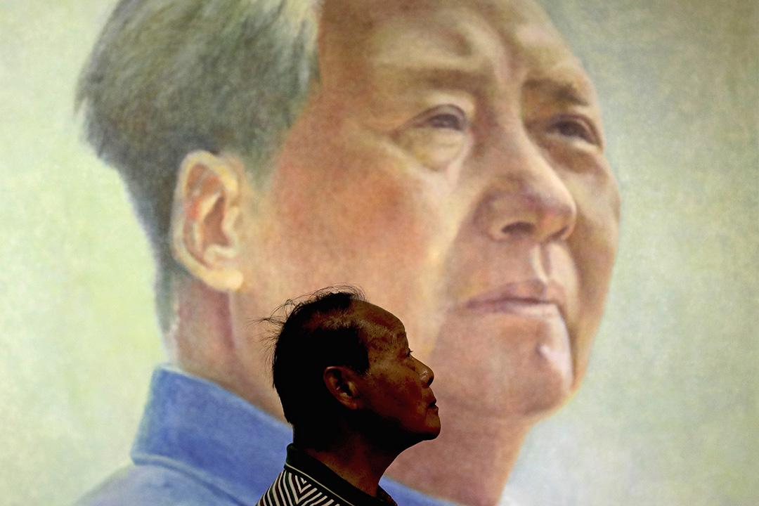 2016年9月9日,毛澤東逝世40週年,一個男人站在已故共產黨領導人毛澤東的畫像前。
