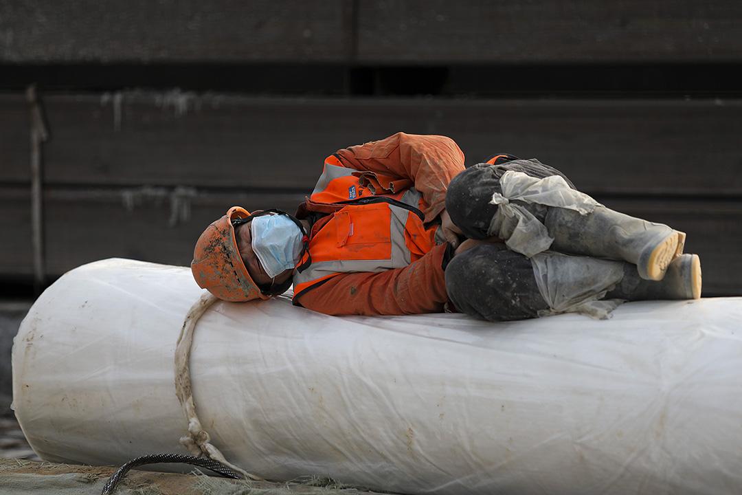 2020年1月28日武漢,2019冠狀病毒爆發期間,一名建築工人休息。