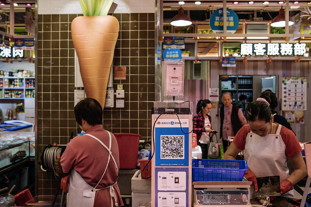 2017年11月7日中國香港,市場內的一個魚攤上使用螞蟻集團旗下的支付寶。