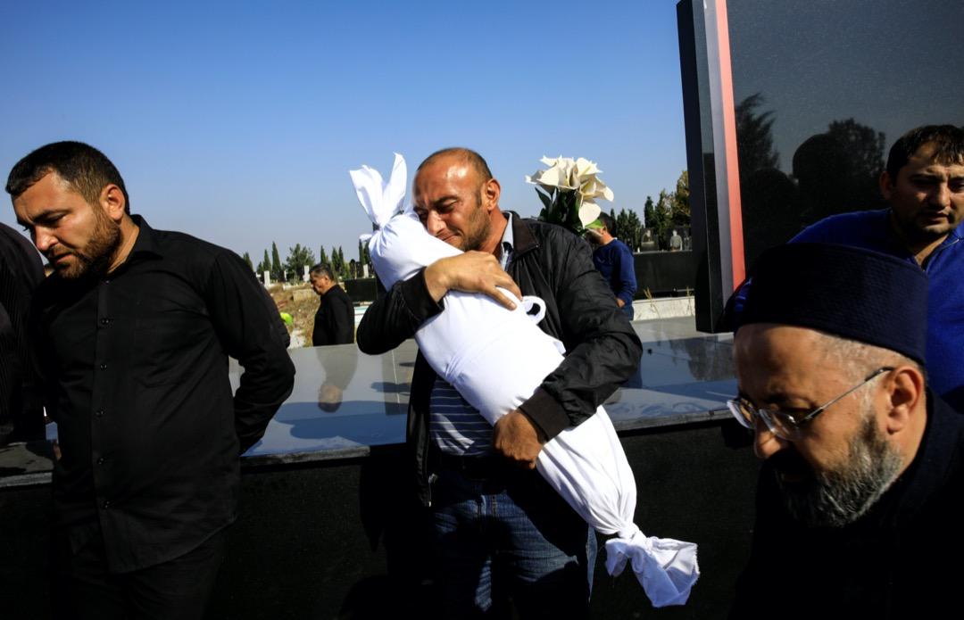 2020年10月17日,亞美尼亞和阿塞拜疆爆發持續兩個月的高加索戰爭中,男子Timur Xaligov抱著他10個月大的女兒Narin的遺體。Timur的女兒與另外五位親人在一次砲擊中遇害。