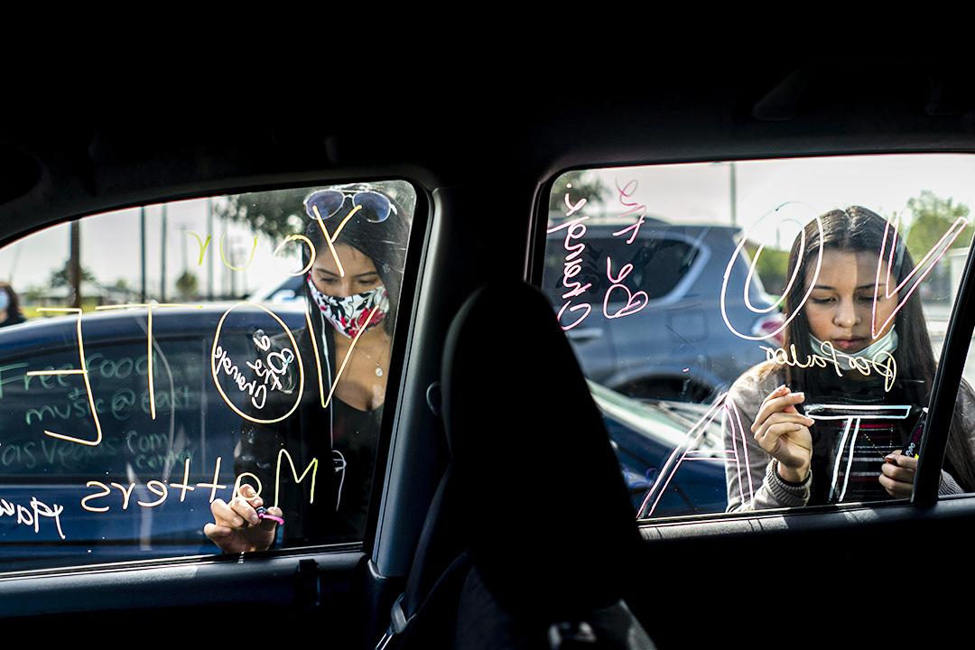 """2020年10月24日拉斯維加斯,由Mi Familia Vota組織的拉丁裔婦女將""""get out the vote""""寫在自己的汽車上宣傳。"""