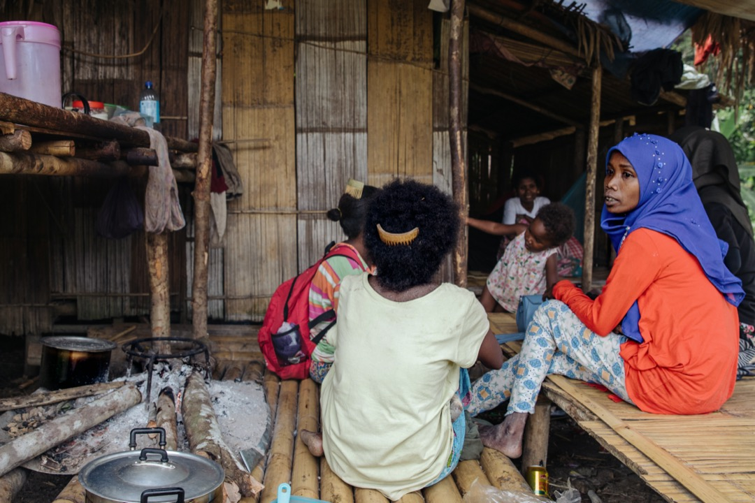對巴迪族婦女而言,後腦勺上所插着的傳統梳子,是她們的身份認同。