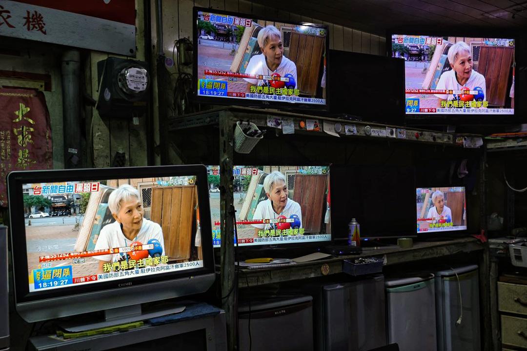 2020年11月18日台北,電視上播放中天電視的新聞報道。