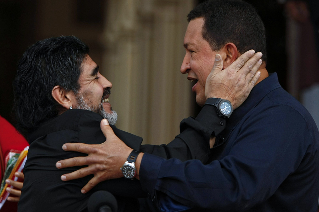 2010年7月22日,阿根廷球星馬勒當拿(Diego Armando Maradona)與委內瑞拉總統雨果·查韋斯(Hugo Chavez)擁抱。