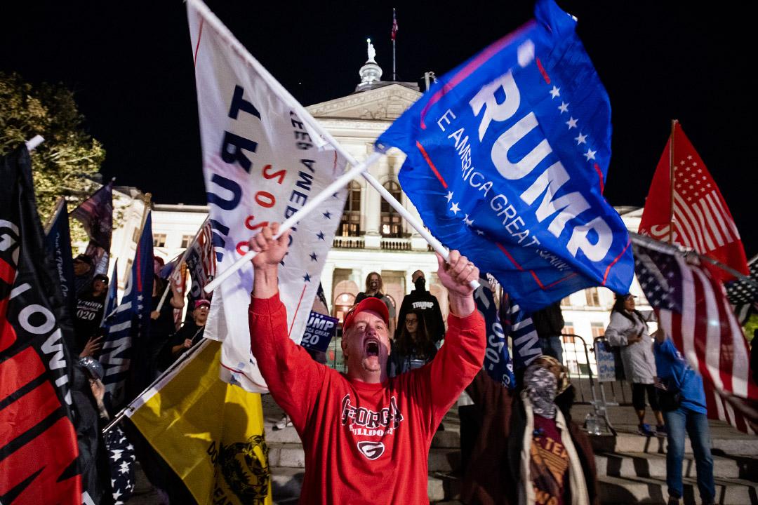 2020年11月14日亞特蘭大佐治亞州州議會大廈外,特朗普總統的支持者在集會。