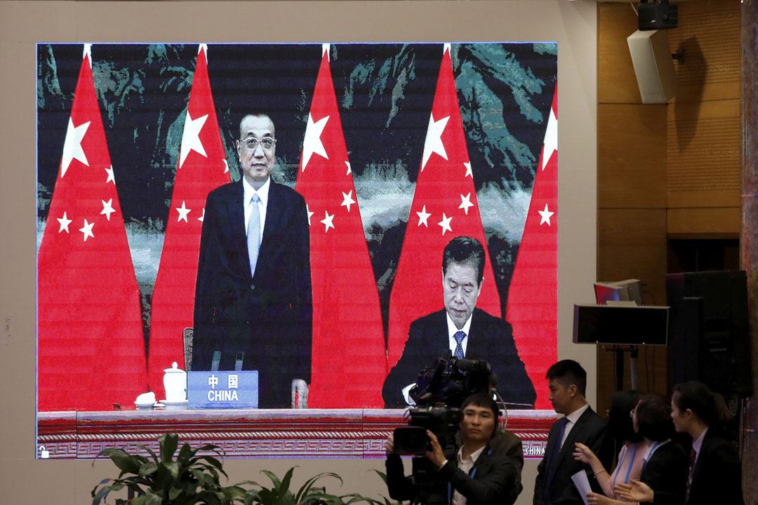 2020年11月15日,區域全面經濟夥伴關係協定(RCEP)簽署儀式採視訊方式,中國商務部長鍾山在總理李克強旁邊簽署協議。